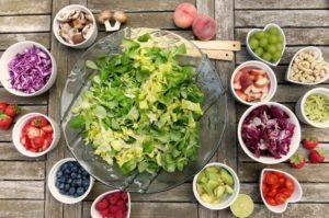 Vybrat chutné a přitom trvanlivé jídlo na cesty nemusí být vůbec problém